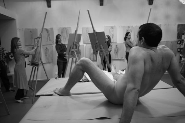 Oblečene samice, goli moški - Deccadentcom-3981